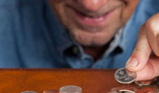Hombre de edad ahorra dinero