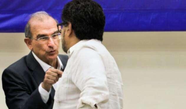 Humberto de la Calle dialogando con Iván Márquez (Farc) el 12 de agosto de 2016 en La Habana (Cuba)