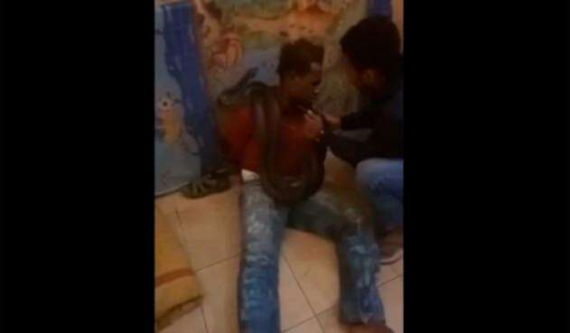Policía usa una serpiente para interrrogar a un hombre