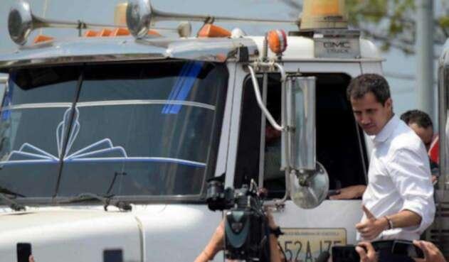 Juan Guaidó, ingresando ayudas humanitarias