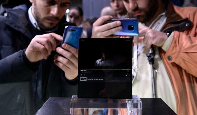 Huawei también presenta un teléfono con pantalla plegable, el Mate X.