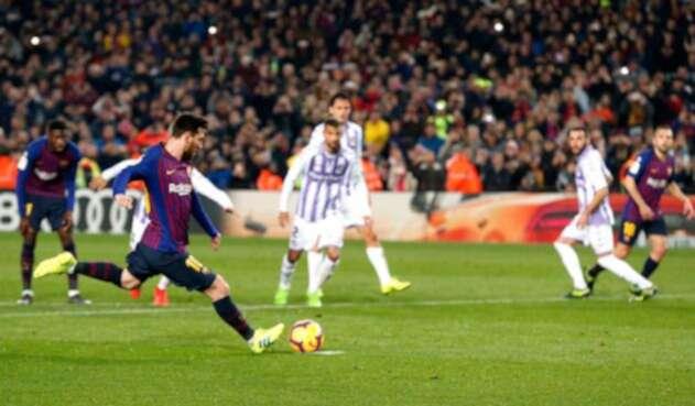 Lionel Messi anotándole de penal a Valladolid