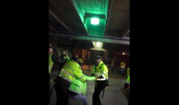 Denuncian abuso de fuerza de la Policía contra hincha del Once Caldas