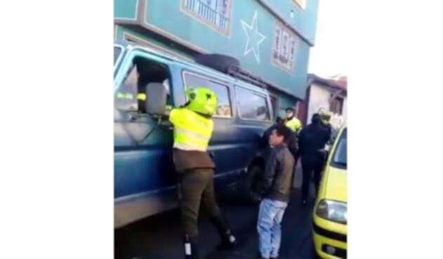 Policías son agredidas en procedimiento contra transporte ilegal.