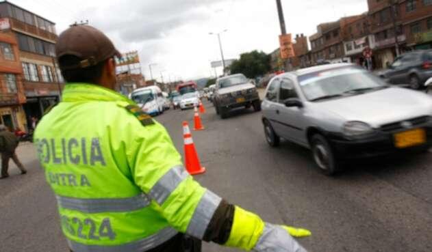Un policía de tránsito ejerciendo su labor en Bogotá