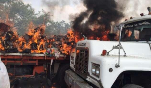 Queman camiones con ayuda humanitaria en Venezuela