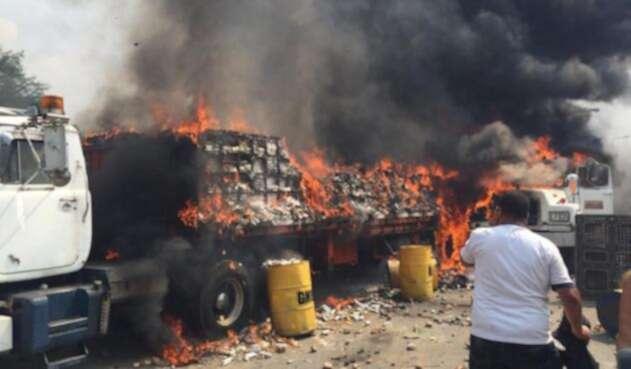 Incineran dos camiones con ayuda humanitaria