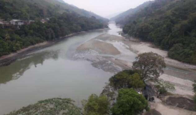 El río Cauca tras el cierre de la compuerta número uno de Hidroituango