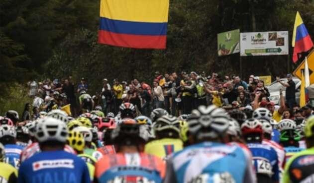 Los corredores durante la segunda etapa del Tour Colombia