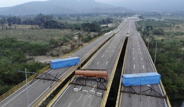 En el puente de Tienditas por el lado venezolano fueron atravesados dos contenedores y un carro cisterna para bloquear los tres carriles.