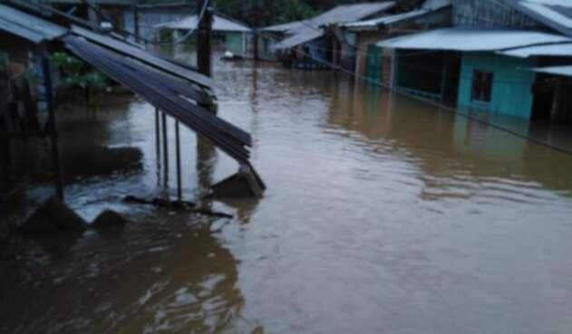 Cinco poblaciones están inundadas en Chocó, tras el desbordamiento del río San Juan.