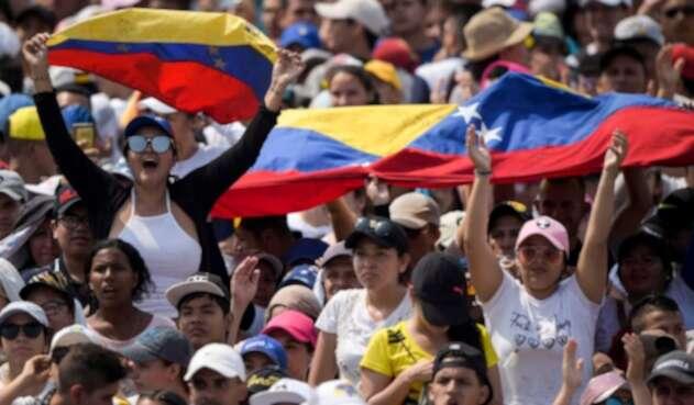 Venezolanos portando su bandera en el concierto Masiva asistencia de colombianos y venezolanos a concierto Venezuela Aid Live