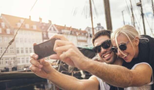 Viajeros disfrutando mientras se toman una fotografía