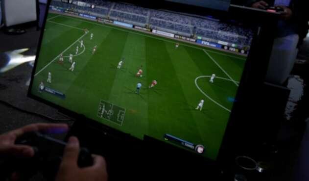 Un gamer jugando videojuegos de fútbol