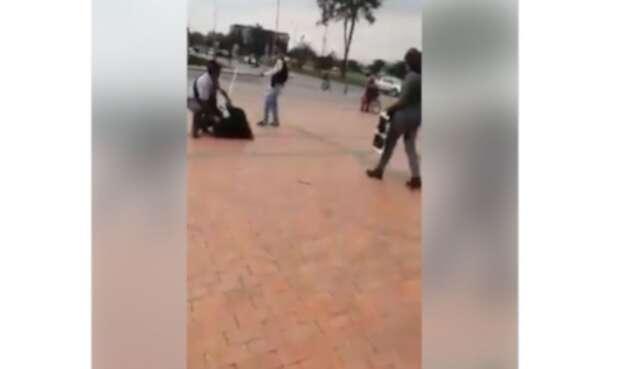 En video quedó registrado un canalla mientras agrede a una mujer.