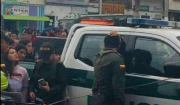 Tres hombres los abordaron y les dispararon en varias ocasiones.