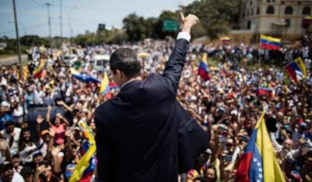 Juan Guaidó (de espaldas) saluda a la multitud que lo recibió en Caracas