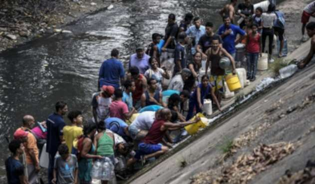 Caraqueños toman agua del contaminado río Guaire, ante escasez