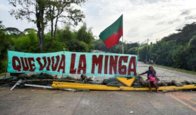 Indígenas bloquean la vía Panamericana, en el sur del país.