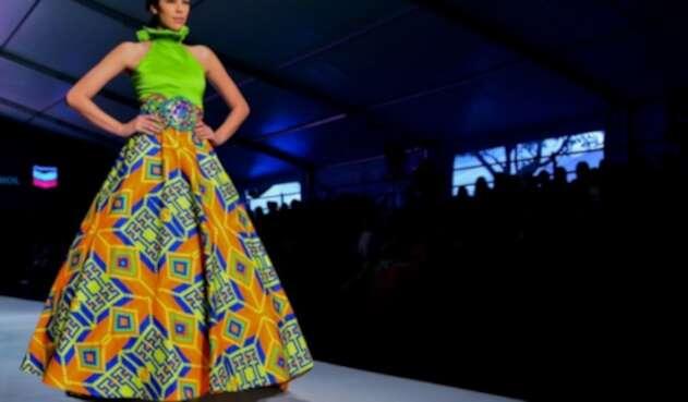 Modelo desfila una de las creaciones expuestas en el Bogotá Fashion Week