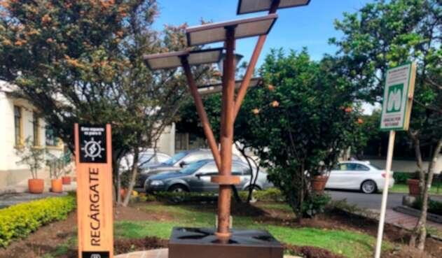 El árbol solar que recarga celulares en el Hospital Infantil de Bogotá