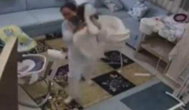 Bebé se salvó de morir luego que su niñera lo alzara previo al derrumbe del techo