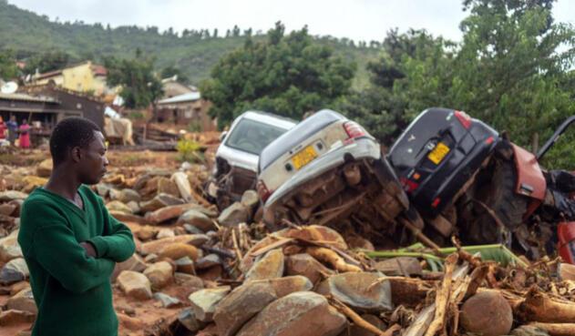 Decenas de carros fueron arrastrados por las rocas tras paso de ciclón en Zimbabue
