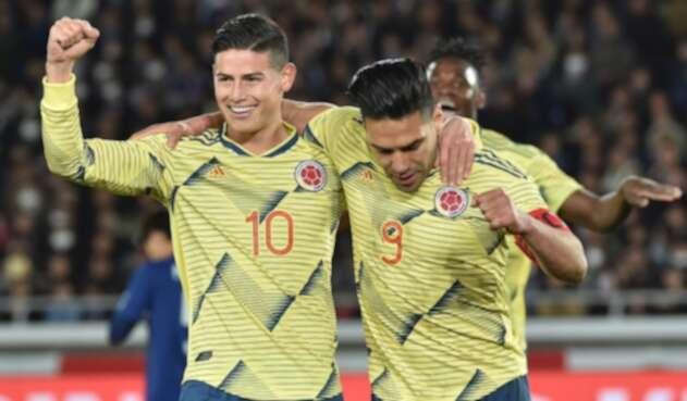 James Rodríguez y Radamel Falcao García celebran tras el triunfo ante Japón, en el Nissan Stadium de Yokohama