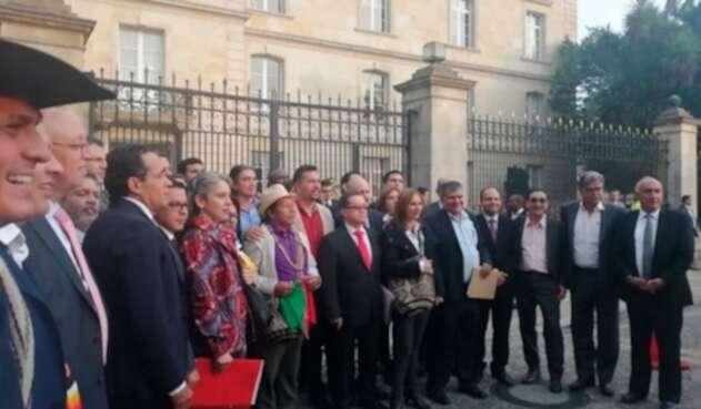 Congresistas instalados frente a la Casa de Nariño exigiendo solución tras la minga indígena