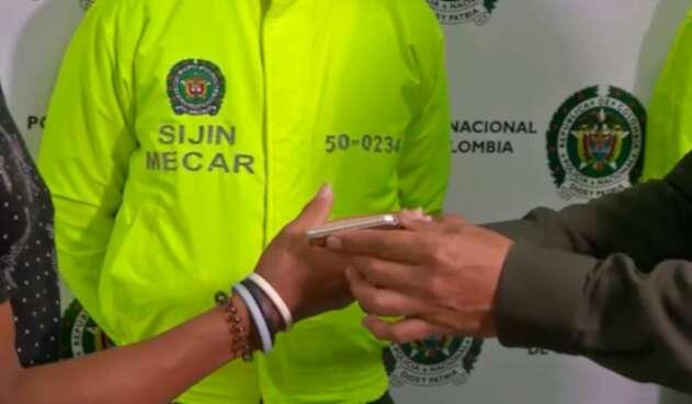 La Policía Metropolitana de Cartagena regresándole un celular a su dueña