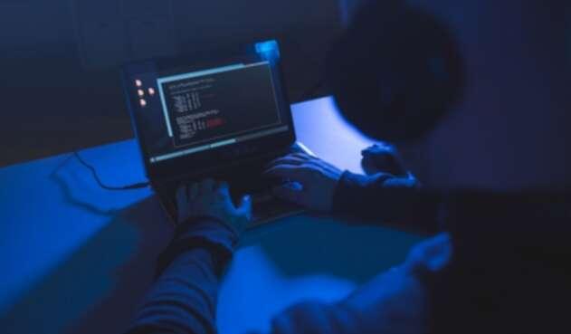 Un hacker tratando de acceder a una red privada de datos