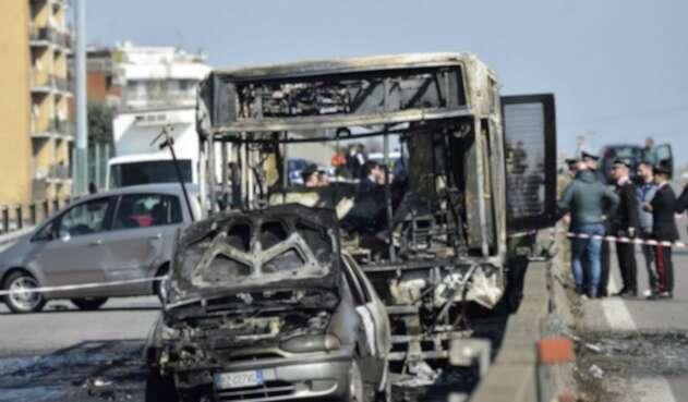 Conductor en Milán prendió fuego a bus escolar
