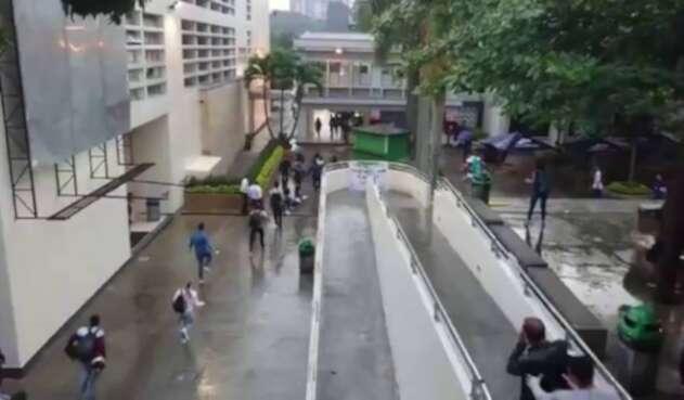 Estudiantes del ITM en Medellín golpearon y expulsaron a un grupo de encapuchados