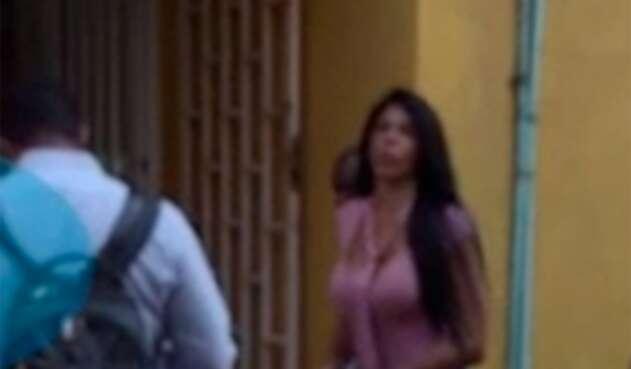 Alias La Madame amenazando a una periodista antes de ingresar a una audiencia