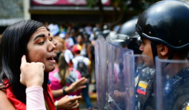 Una ciudadana venezolana increpando a un integrante de la Policía Nacional Bolivariana
