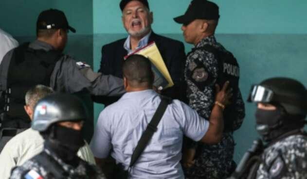 El expresidente de Panamá, Ricardo Martinelli tras salir de juicio en su contra.