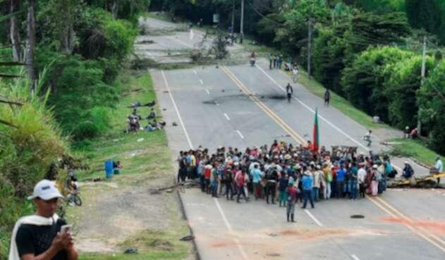Indígenas bloqueando la Vía Panamericana en Mondomo, departamento del Cauca