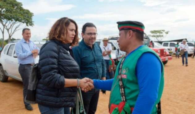 Nancy Patricia Gutiérrez, ministra del Interior, junto a un líder indígena en Cauca