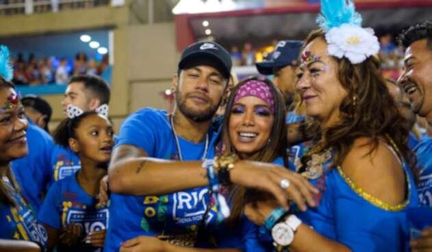 Neymar junto a su madre y la cantante funk Anitta en el Sambódromo de Río de Janeiro, en Brasil