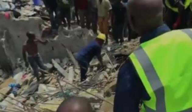 Colapsó de edificio en Nigeria deja cien niños atrapados