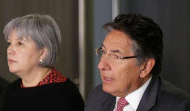 Patricia Linares, presidenta de la JEP, junto a Néstor Humberto Martínez, fiscal general de la Nación