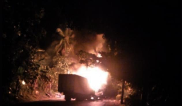 Vehículos de carga quemados en Antioquia.