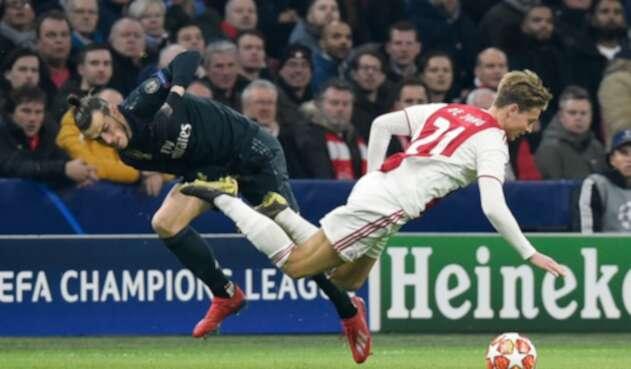 Gareth Bale disputando el balón con Frenkie de Jong en Amsterdam, en la ida de los octavos de final de la Champions