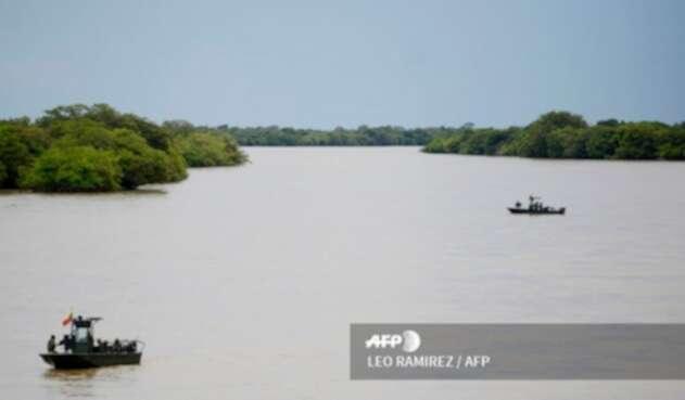 La Armada Nacional patrullando sobre el Río Arauca