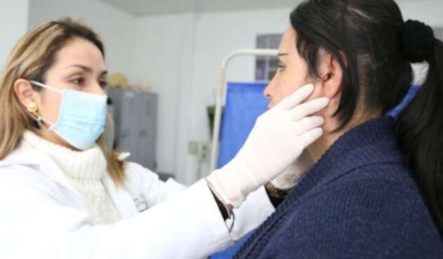 Mujer con más de 20 tornillos de titanio para reconstruir su rostro