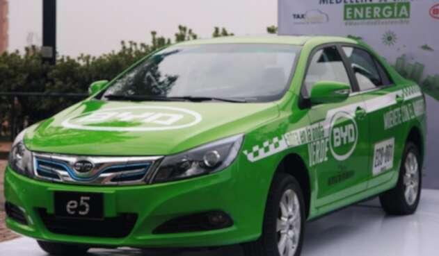 El taxi eléctrico que fue puesto en marcha en Medellín