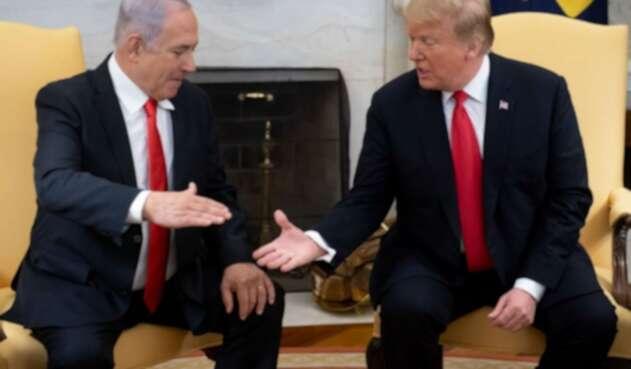 El presidente de EE.UU., Donald Trump, estrecha la mano con el primer ministro israelí, Benjamin Netanyahu.