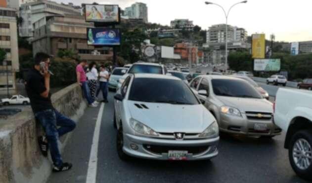 Venezolanos buscando señal telefónica debido al apagón
