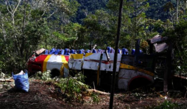Bus cae por un barranco en Bolivia