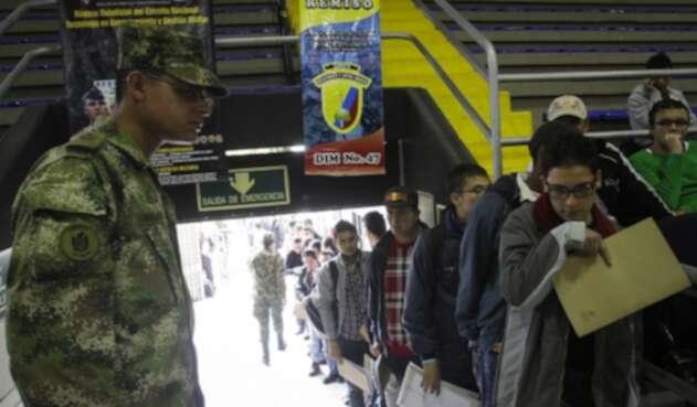 Muchos jóvenes cada año esperan resolver su situación militar.